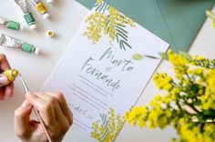 Tu papelería de boda con flores creadas a mano, como las de esta colección de invitaciones de boda mimosas.Llenas de luz y de alegría, para celebrar una boda primaveral, llena de energía! #invitaciones #flores #invitacionesconflores #flroesboda