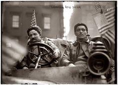 """New York , 12 febbraio 1908. Partenza della New York > Parigi, """"The Race of the Century"""". Arthur Hue (1882-....), al volante, e Maurice Livier (1889-...., Lelouvier è un errore di trascrittura) a bordo della vettura francese Moto-Bloc. La corsa si disputò da Times Square in New York fino alla Torre Eiffel in Parigi, attraversando Alaska e Siberia"""