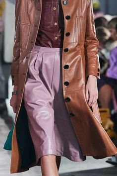 Coach Herbst/Winter Ready-to-Wear - Fashion Shows Blazers For Women, Coats For Women, Vogue Paris, Tomboy Fashion, Fashion Outfits, Fashion 2020, Fashion Show, Winter Trends, Mannequins