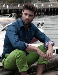Blue Shirt with Green Chinos News Fashion, Fashion Moda, Fast Fashion, Green Chinos, Green Pants, Sharp Dressed Man, Well Dressed Men, The Sartorialist, Moda Formal