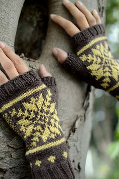 Ravelry: Castle mitts pattern by Victoria Magnus