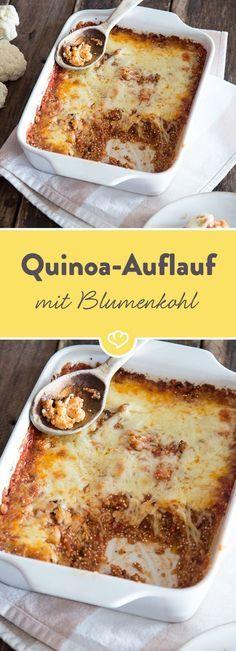 Unter der schmelzenden Mozzarelladecke tummeln sich viele kleinen Quinoa-Körner und gerösteter Blumenkohl in einer fruchtigen Tomatensauce.