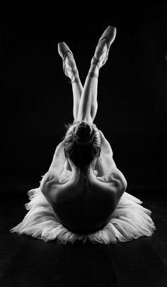 tinnacriss:  (via Pin by CHAOS on DANCERS / BALLET | Pinterest)
