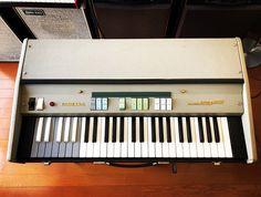 1966年~68年頃に販売されていたイタリア製コンボオルガン。Farfisa Mini Compactの2ndバージョンで(正式名称Mini Deluxe... Natalie Wood, Loyal Friends, Vintage Keys, Music Store, Instruments, Retro, Design, Tools, Musical Instruments