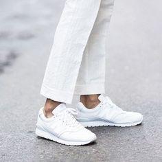 Mit unseren Tipps bekommt ihr weiße Sneaker wieder strahlend sauber!
