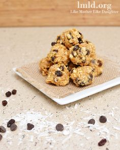 no bake granola bar bites1 1/4 cup oats 1/2 cup creamy peanut butter 3 TBS honey 1/4 cup coconut flakes 1/3 cup chocolate chips 1/3 cup raisins