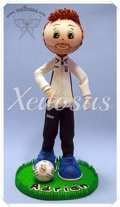 Fofucho futbolista con chandal y balón del Real Madrid