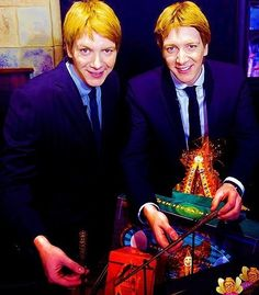 Image uploaded by Nastia Phelps. Find images and videos about harry potter, fred weasley and george weasley on We Heart It - the app to get lost in what you love. Harry Potter Cosplay, Harry Potter Cast, Harry Potter Characters, Harry Potter Hogwarts, Fred And George Actors, Harry Potter Friends, Phelps Twins, Oliver Phelps, Weasley Twins
