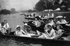 IlPost - Pranzo sul Tamigi - Un gruppo di amici pranza dopo la Henley Regatta, una gara di canottaggio che si tiene ogni anno sul Tamigi a Henley-on-Thames, in Inghilterra. La foto è stata scattata il primo luglio del 1931. (Douglas Miller/Getty Images)