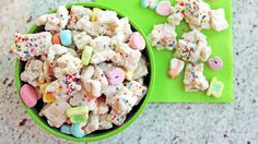 Lucky Rainbow Chex Mix - White chocolate, marshmallows and sprinkles OH MY! A tasty snack mix made with just a few sweet ingredients. Yummy Treats, Delicious Desserts, Sweet Treats, Yummy Food, Dessert Recipes, Yummy Yummy, Snack Recipes, Puppy Chow Recipes, Chex Mix Recipes