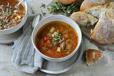 De SoupMaker heeft verschillende programma's, en hij maakt soep in slechts 17 minuten. Vandaag maak ik goulashsoep met het boerensoepprogramma.