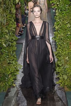 Valentino Parigi - Haute Couture Fall Winter - Shows - Vogue. Haute Couture Paris, Valentino Couture, Couture Week, Style Couture, Couture Fashion, Valentino Paris, Valentino Garavani, Fashion Tv, Runway Fashion