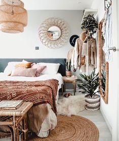 Hierdoor oogt jouw slaapkamer altijd slordig - Alles om van je huis je Thuis te maken   HomeDeco.nl Bohemian Bedroom Design, Bohemian Decorating, Bedroom Designs, Bedroom Ideas, Modern Bohemian Bedrooms, Bedroom Layouts, Bedroom Inspiration, Bed Styling, Home Design