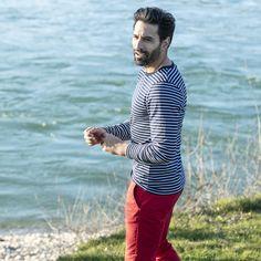 32€ - Tee-shirt marinière bleu marine manches longues. Une tenue idéale pour les week-ends au bord de l'eau.