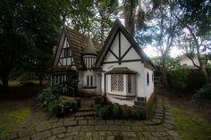 Brincando de casinha Cabin, House Styles, Home Decor, Decoration Home, Room Decor, Cabins, Cottage, Home Interior Design, Wooden Houses