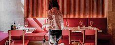 A luz, a decoração, a comida... tudo conta quando falamos de restaurantes acolhedores. Nestes 8 vai querer ficar mais tempo do que o usual. Conference Room, Table, Furniture, Home Decor, Red Sofa, Parisian Style, Cozy, Nooks, Lights