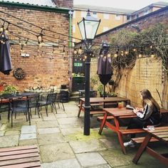 The UK's most beautiful beer gardens Evergreen Climbing, Evergreen Vines, Above Ground Pool Decks, In Ground Pools, Luxury Garden Furniture, Brick Patterns Patio, Pub Design, Diy Planters, Outdoor Settings