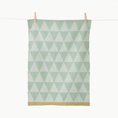 These gorgeous Mint Mountain Tea Towels from Ferm Living are jacquard woven and made of organic cotton. Based on a graphic geometric design it Kitchen Linens, Kitchen Towels, Dish Towels, Tea Towels, Percale De Coton, Shops, Textiles, Organic Living, Burke Decor
