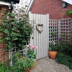 Garden Fence Paint, Garden Arbor, Garden Gates, Small Gardens, Outdoor Gardens, Back Garden Design, Fence Design, Exterior Door Colors, Gardens