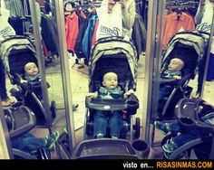 Bebé asustado con su reflejo.