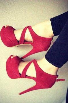 Chaussures à talon rouge bordeaux, ouvert au bout.