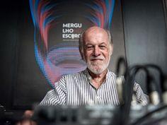 """Mesclando o formato dos antigos programas de rádio de auditório com a tecnologia das transmissões online, o Itaú Cultural volta a receber o público para a gravação do """"Mergulho no Escuro""""."""