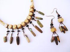 Conjunto elaborado con un surtido de piedras semipreciosas mate en tonos verdes y tierra.