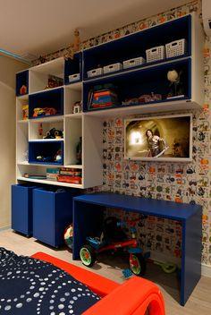 Decoração de apartamento moderno revestimento no quarto infantil cama moderna em formato de carro, estante branca e azul.