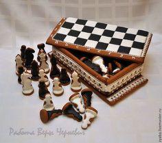 Купить или заказать Шахматы - пряничная шкатулка в интернет-магазине на Ярмарке Мастеров. Пряничная шкатулка с шахматными фигурами - отличный подарок как юному, так и уже опытному шахматисту. Шкатулка легко трансформируется в полноценную игровую доску, так что в процессе игры можно съесть фигуры соперника не в переносном, а в прямом смысле, с чашечкой вкусного чая. Можно сделать только доску с фигурками, размеры и надписи - по вашему желанию.