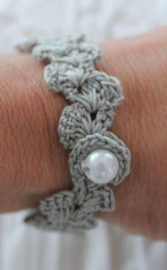 crocheted bracelet using pearl as button