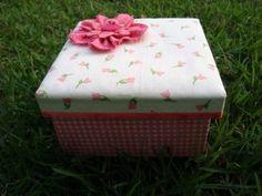 Caixa em MDF decorada com tecido floral estofado, tecido xadrez rosa e branco, fita de cetim rosa degradê e aplique de flor dupla de fuxico. Poderá ser feita em diversas estampas e tamanhos. Excelente para lembrança de 15 anos e festas em geral. R$ 15,00