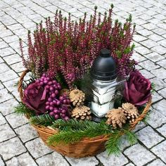 Fotogalerie: Ušetřete a vytvořte si dušičkový věnec sami. Máme návod, jak na to Wooden Christmas Decorations, Grave Decorations, Christmas Lamp, Flores Memorial, Memorial Flowers, Funeral Flower Arrangements, Funeral Flowers, Autumn Decorating, Fall Decor