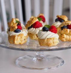 Makuja kotoa: Valkosuklaiset tuulihatut kesän juhliin #suklaa #valkosuklaa Mini Cupcakes, Food Inspiration, Cheesecake, Baking, Party, Desserts, Summer, Cheesecake Cake, Bread Making