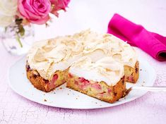 Bolo de ruibarbo com cobertura de merengue - Kuchen - Meringue Topping Recipe, Pie Recipes, Baking Recipes, Rhubarb Cake, Good Food, Yummy Food, Gateaux Cake, Cake Toppings, Yummy Cakes