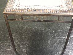 Mesa em Mosaico Delicada , medindo 80 x 80 em pastilhas 2 x 2 , tons de marron com bege , ideal para seu cantinho especial ou Varanda (Várias opções de cores ) . Com pés em ferro tubular 20x20 , PÁTINADO EM OURO VELHO .  VALE A PENA CONFERIR