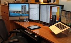 Design Meja kerja dengan banyak monitor.