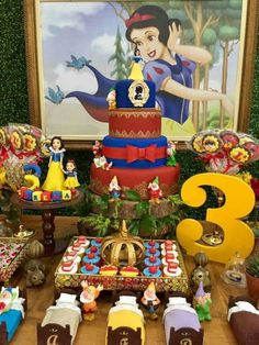 Ideas to decorate dessert table with snow white theme White Dessert Tables, White Desserts, White Candy Bars, Snow Theme, Snow White Birthday, Show White, Disney Princess Party, Cookies Et Biscuits, 1st Birthday Parties