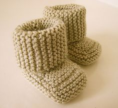 Baby Booties are essential for your knitting repertoire. This free baby bootie knitting pattern will definitely become a favorite. Baby Booties Knitting Pattern, Knit Baby Booties, Baby Knitting Patterns, Baby Patterns, Crochet Patterns, Knitted Baby, Knitting For Kids, Free Knitting, Knitting Projects