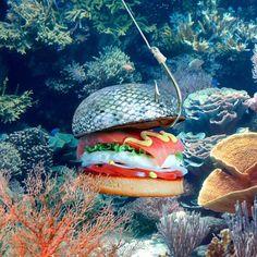 Het broodje van The Ocean Burger is geverfd met kleurstof om het eruit te laten zien als schubben. Op de burger zit gerookte zalm, cream cheese, tomaat, sla, ui en mosterd.