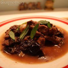 Osmanlı mutfağından bizlere miras kalan mucizevi bir lezzet, tuzlı ile tatlının muhteşem dansı: Erikli Yahni  http://www.gurmeblog.com/index.php/birazda-osmanli-erikli-yahni/