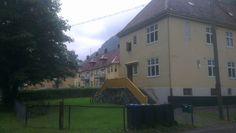 Sett fra sør fra krysset i med Haralds gate: Tveito alle' nr. 5 og nr. 3
