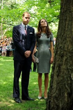 William and Kate quietly reflect at a tree planted by Diana. Duchess of Cambridge Kate Middleton and Duke of Cambridge Prince William. Lady Diana, Prince William And Catherine, William Kate, Prince Charles, Diana Spencer, Principe William Y Kate, Princesse Kate Middleton, Reine Victoria, Prinz William