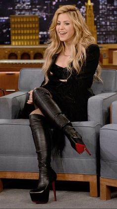 Shakira in leather over the knee boots 👢 Thigh High Boots, High Heel Boots, Heeled Boots, High Heels, Knee Boots, Celebrity Boots, Curls For Long Hair, Sexy Boots, Celebs