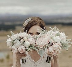 WHAT YOU SHOULD KNOW ABOUT HOW TO CARRY YOUR WEDDING BOUQUET