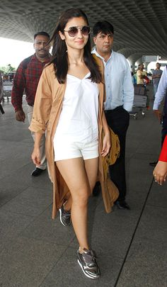 Alia Bhatt, Varun Dhawan and Sanjay Dutt were spotted at the Mumbai airport today. Alia looked stylish as ever in a short outfit. Bollywood Celebrities, Bollywood Fashion, Bollywood Actress, Bollywood Style, Alia Bhatt Varun Dhawan, Alia Bhatt Photoshoot, Cool Outfits, Casual Outfits, Casual Wear