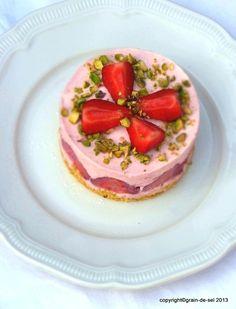 Erdbeertörtchen auf Pistazienbiskuit