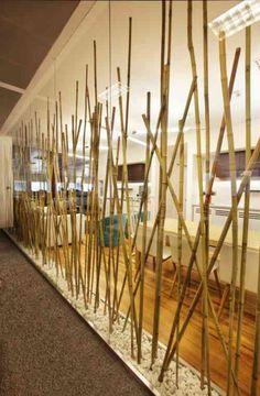 mur de salon décoré avec du bambou Plus