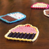 Keep your coffee table safe and cute with this free crochet cupcake coasters! Free tutorial with pictures on how to stitch a knit or crochet coaster in under 30 minutes by crocheting with crochet hook, worsted weight yarn, and yarn needle. Crochet Cupcake, Crochet Food, Crochet Kitchen, Love Crochet, Crochet Motif, Knit Crochet, Crochet Patterns, Crochet Coaster, Crochet Appliques