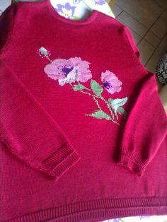 Elegante maglia, color lampone, con splendido fiore.