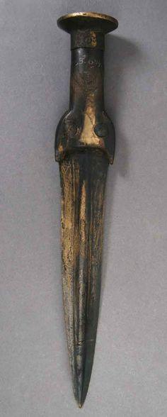 Bronze Age. De fleste bronzesager fra Borum Eshøj kommer fra kvindegraven. Kvinden havde bl.a. to bronzearmbånd, nogle spiralfingerringe, en halsring, flere spænder samt en dolk med i graven.